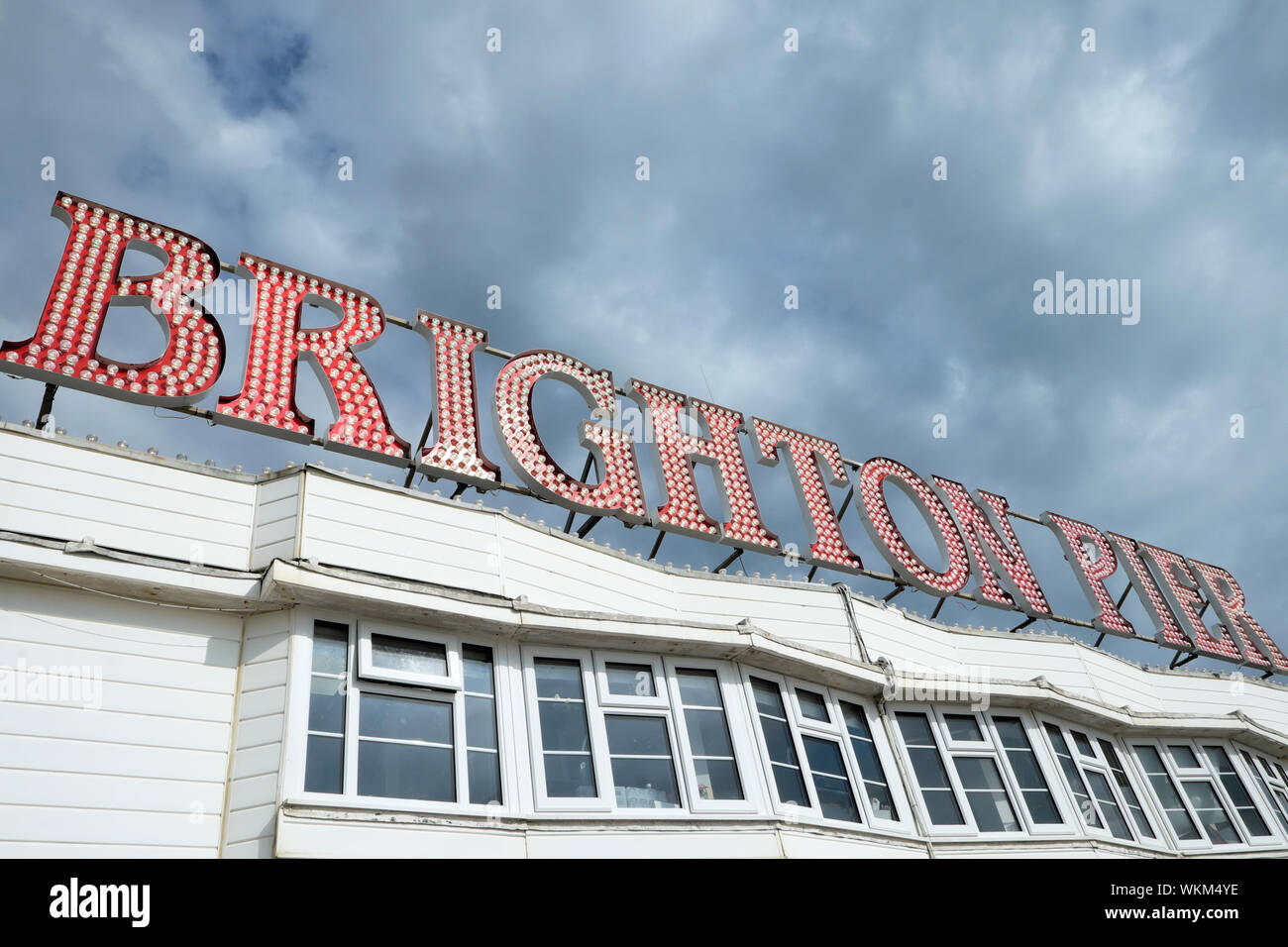 Low angle view of the Brighton Palace Pier signer dans l'East Sussex England UK KATHY DEWITT Banque D'Images