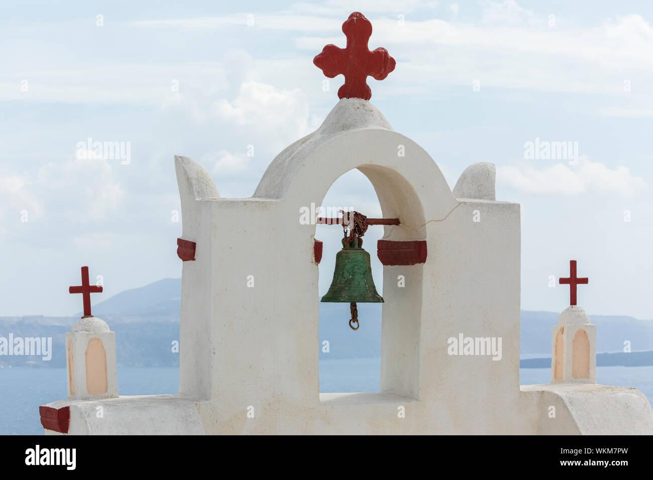 Avis de Ekklisia Isodia Theotokou clocher en mer, Oia Banque D'Images
