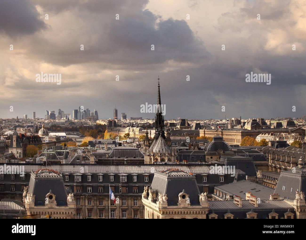 Cityscape contre Ciel nuageux Banque D'Images