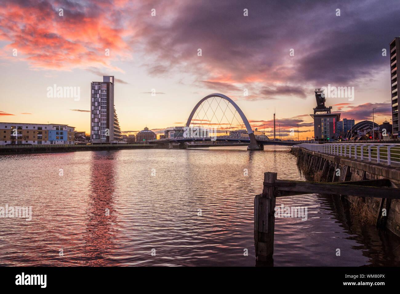 Pont sur la rivière Clyde contre ciel nuageux en ville pendant le coucher du soleil Banque D'Images