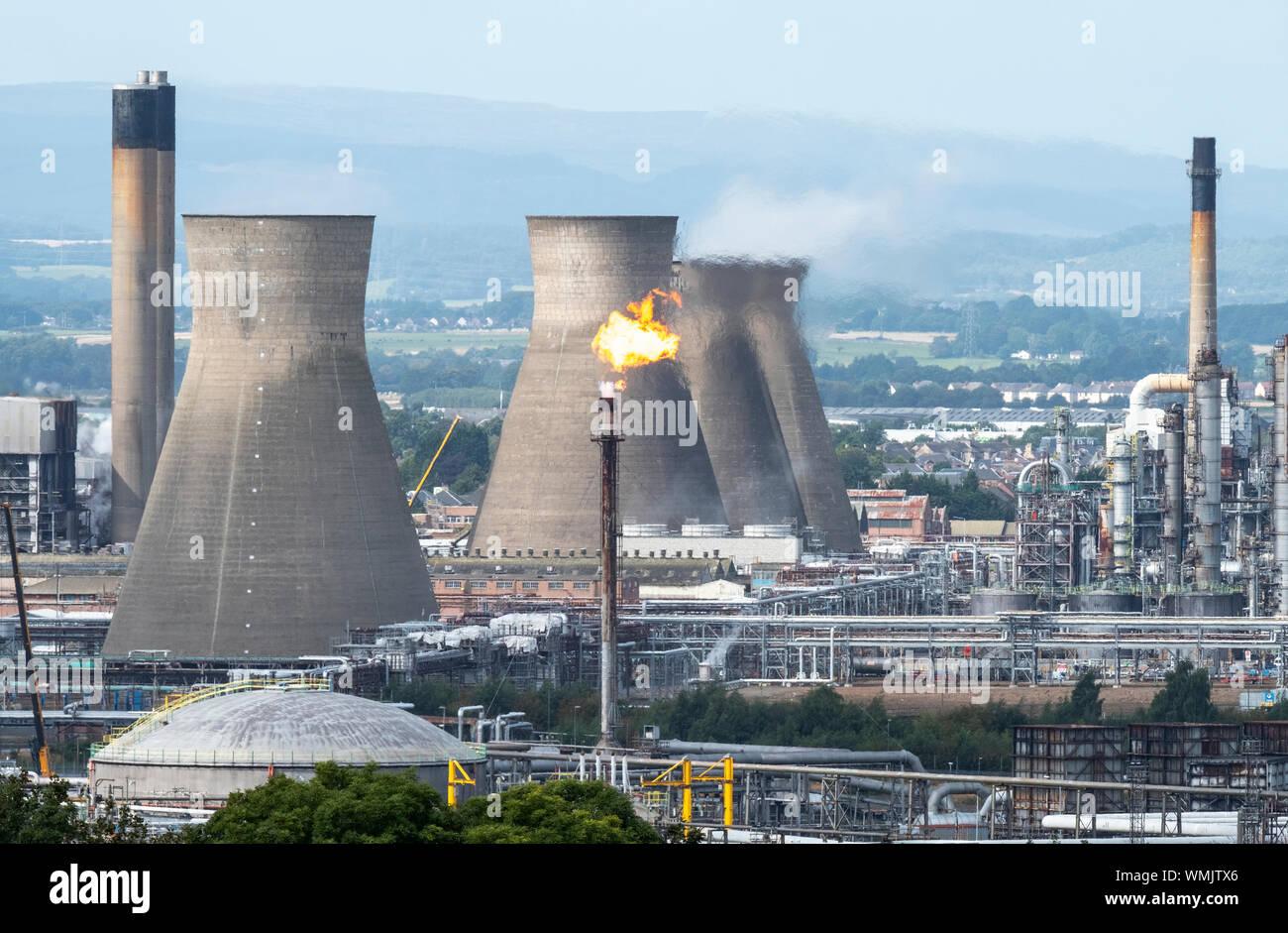 Torche de gaz brûlant à la raffinerie de Grangemouth, en Ecosse Banque D'Images