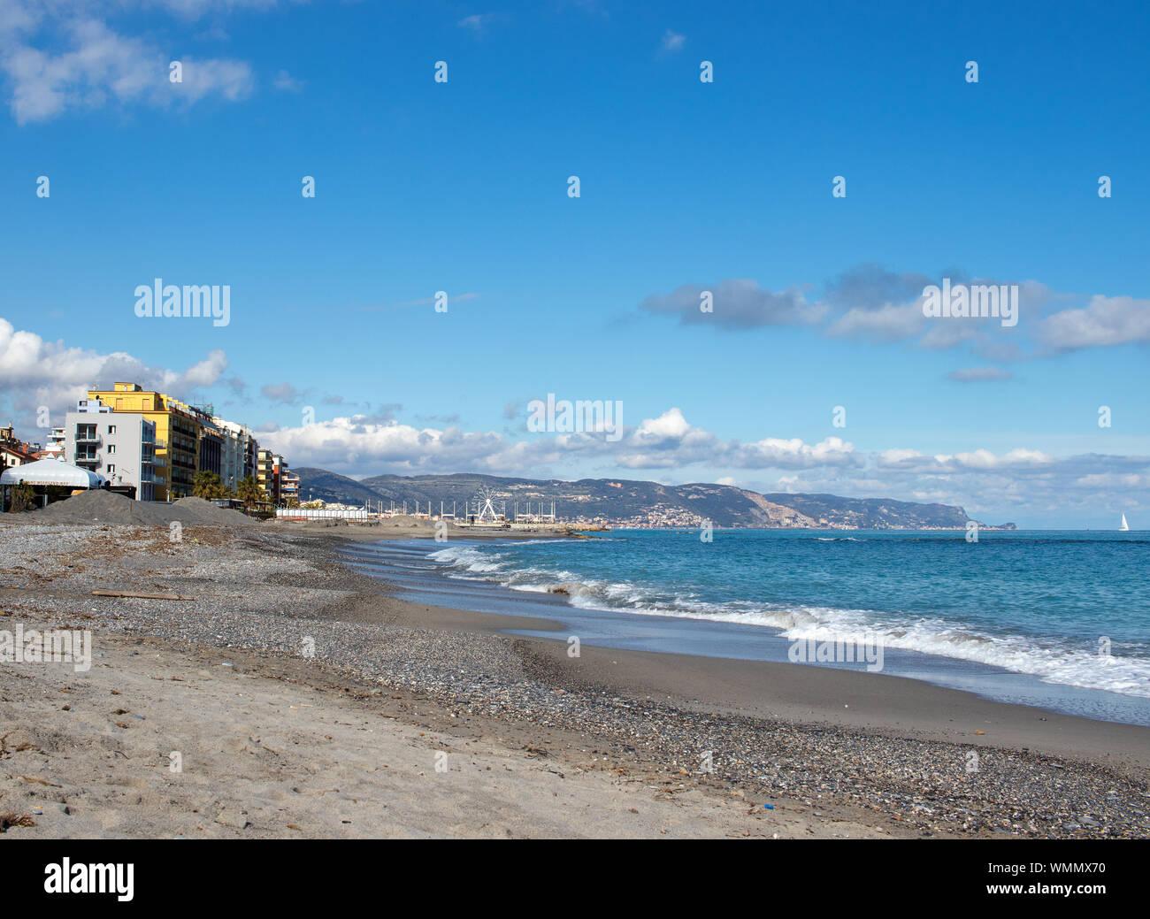 Paysage mer ligurienne avec ciel bleu avec des nuages Banque D'Images