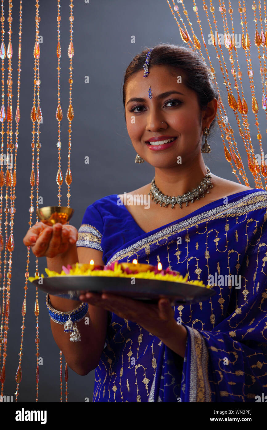 Magnifique Portrait de femme indienne en Sari Holding offrandes religieuses pendant Diwali Banque D'Images