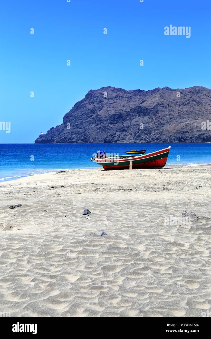 Bateaux de pêche sur la plage, le São Pedro, île de São Vicente, Cap Vert, Cabo Verde, l'Afrique. Le Farol de Dona Amélia en arrière-plan. Banque D'Images