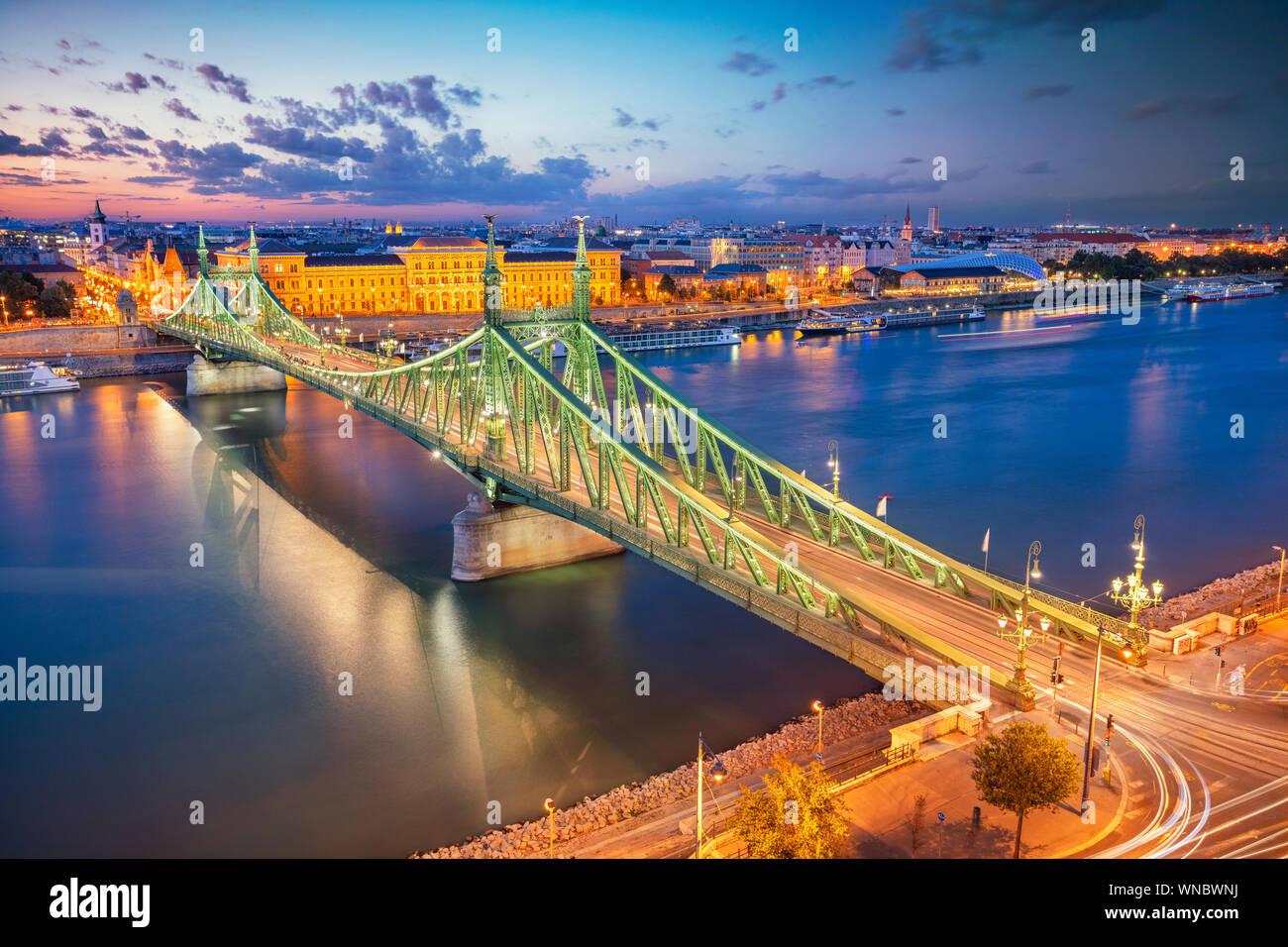 Budapest, Hongrie. Aerial cityscape image du panorama de Budapest avec pont de la liberté et de la rivière du Danube bleu crépuscule pendant l'heure. Banque D'Images