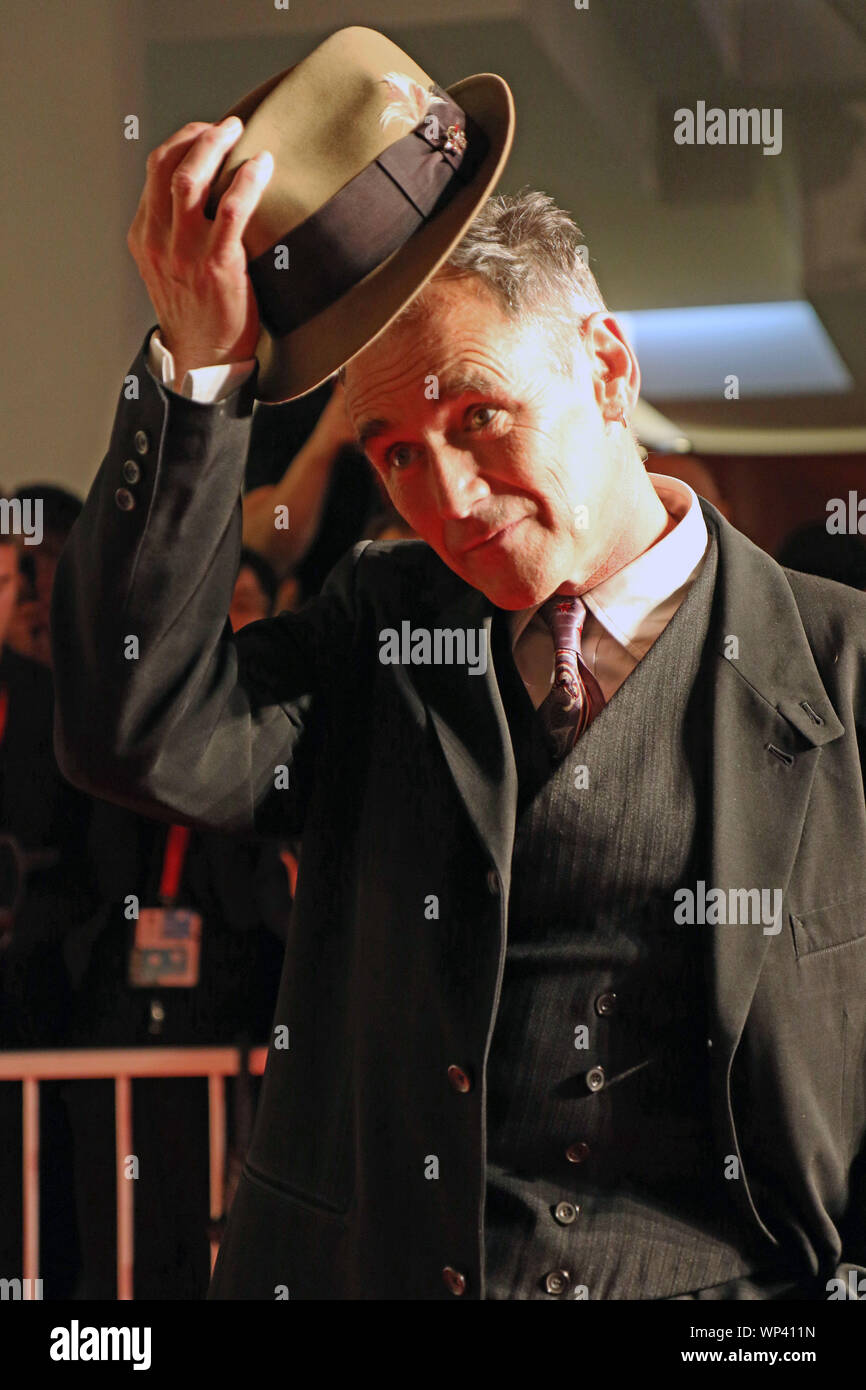 L'Italie, Lido di Venezia, le 6 septembre 2019: l'acteur britannique Mark Rylance, marche le tapis rouge de l'avant de l 'attente de l'examen préalable des Barbares (adap Banque D'Images