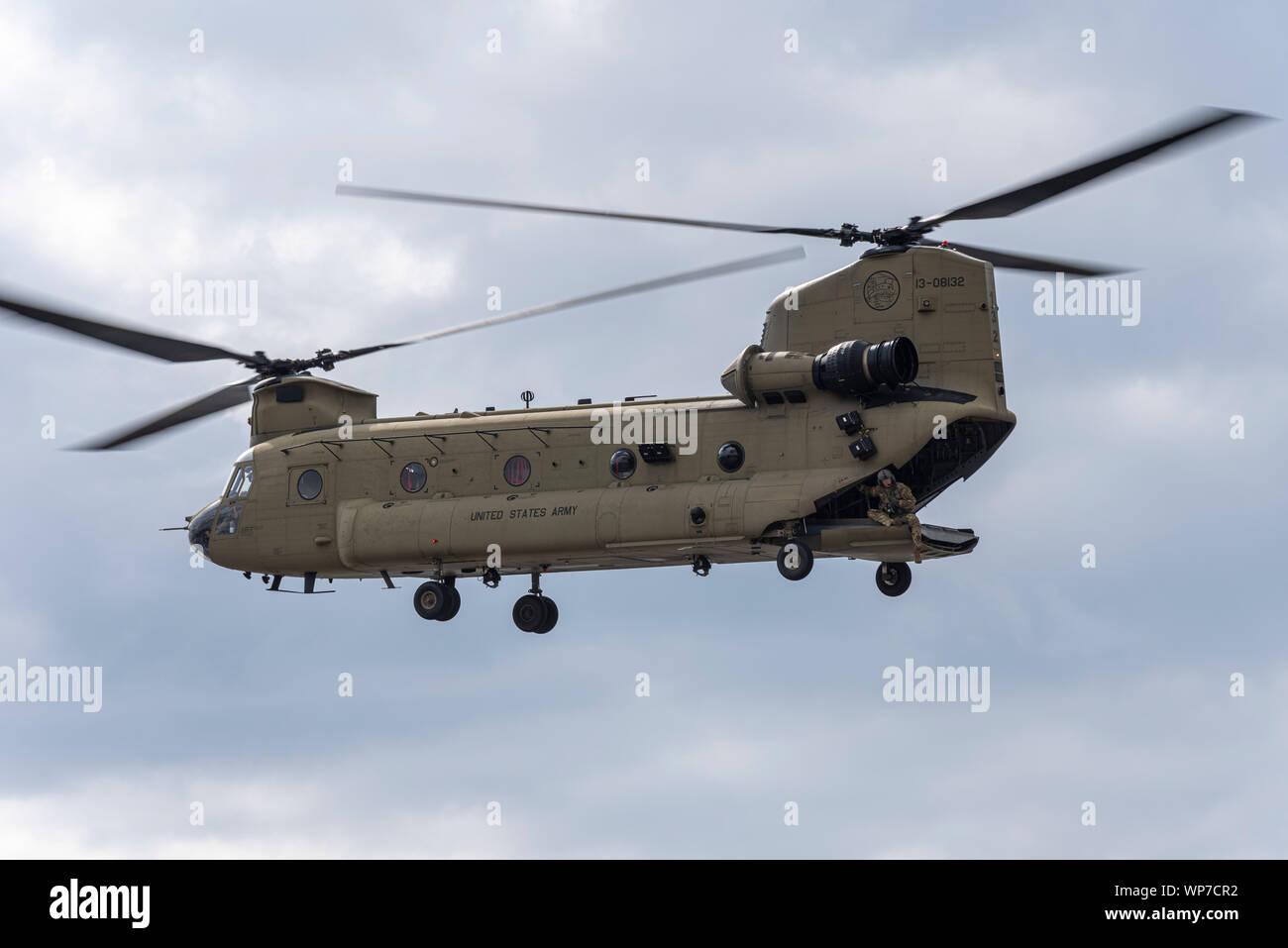 US Army Boeing CH-47F Chinook atterrissant à Defence & Security Equipment International DSEI foire aux armements trade show, ExCel, Londres, Royaume-Uni. Homme d'équipage Banque D'Images