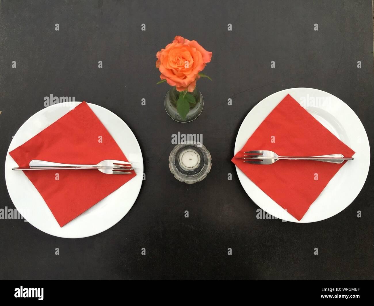 Portrait des plaques avec Vase Rose sur la table Banque D'Images