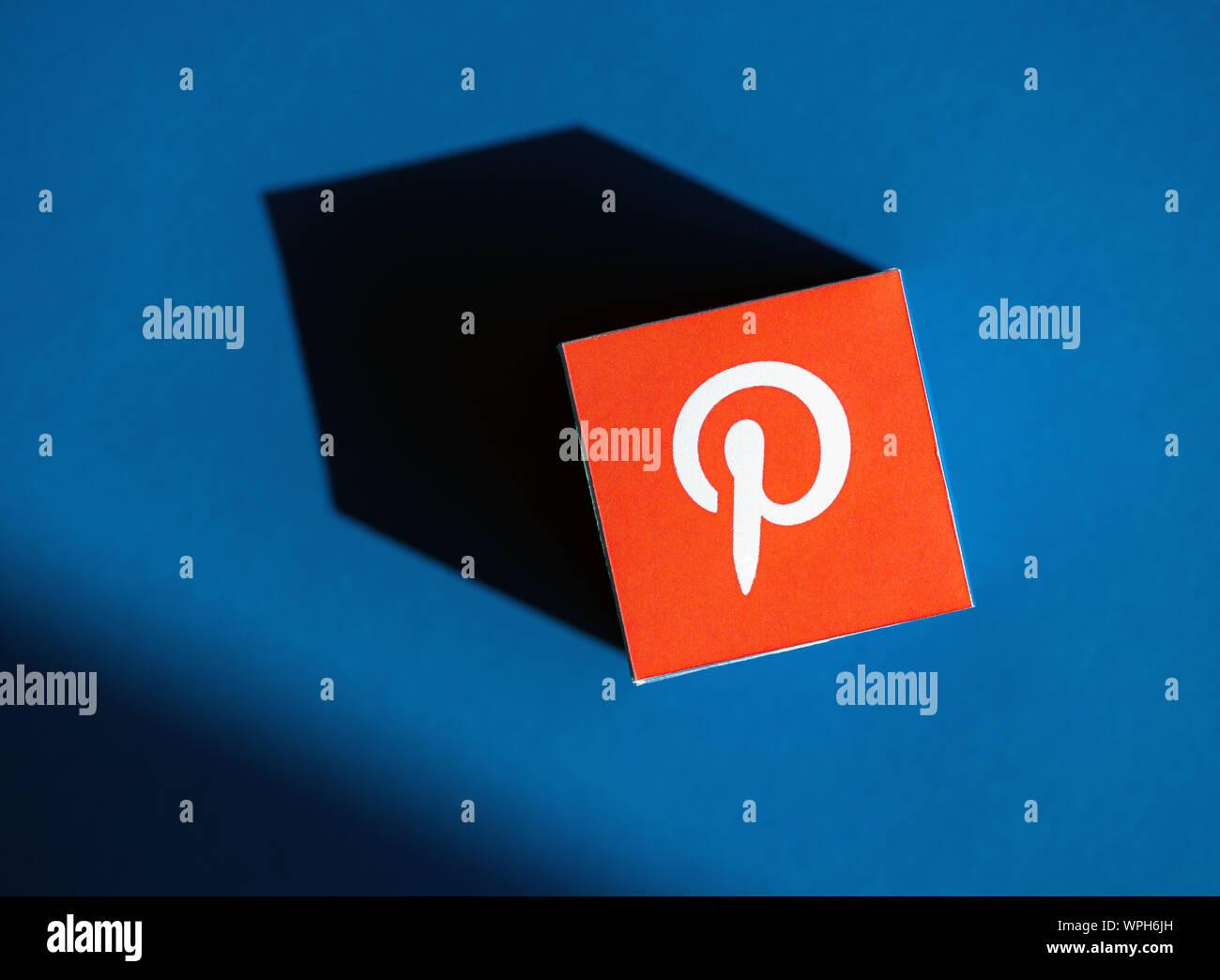 Kiev, Ukraine - le 9 septembre 2019: un coup de feu au-dessus du cube papier imprimé avec le logo de l'application de Pinterest, que placé sur un blue backg Banque D'Images
