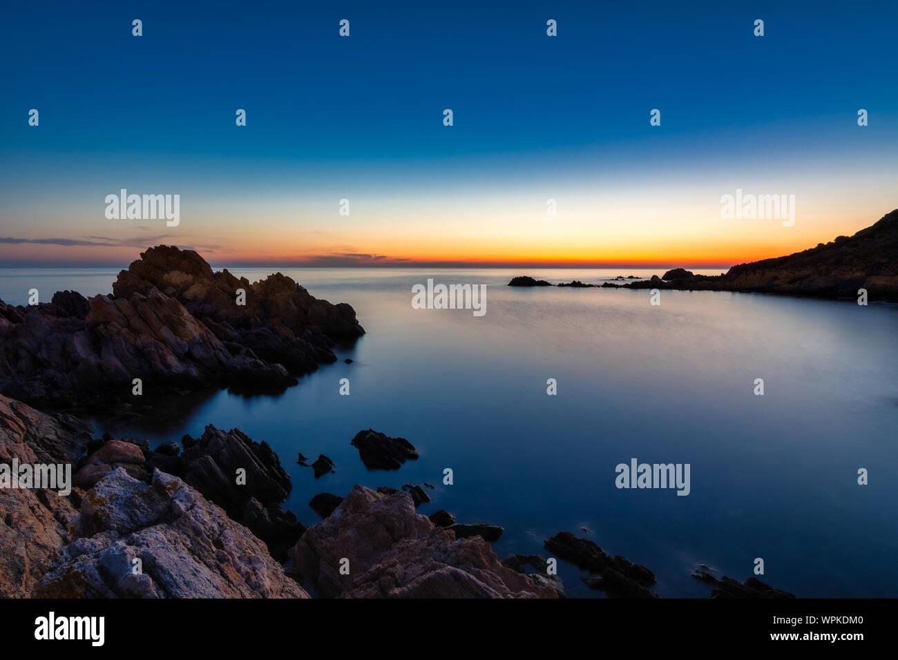 Une belle longue exposition lever du soleil avec des pierres en sardina Banque D'Images