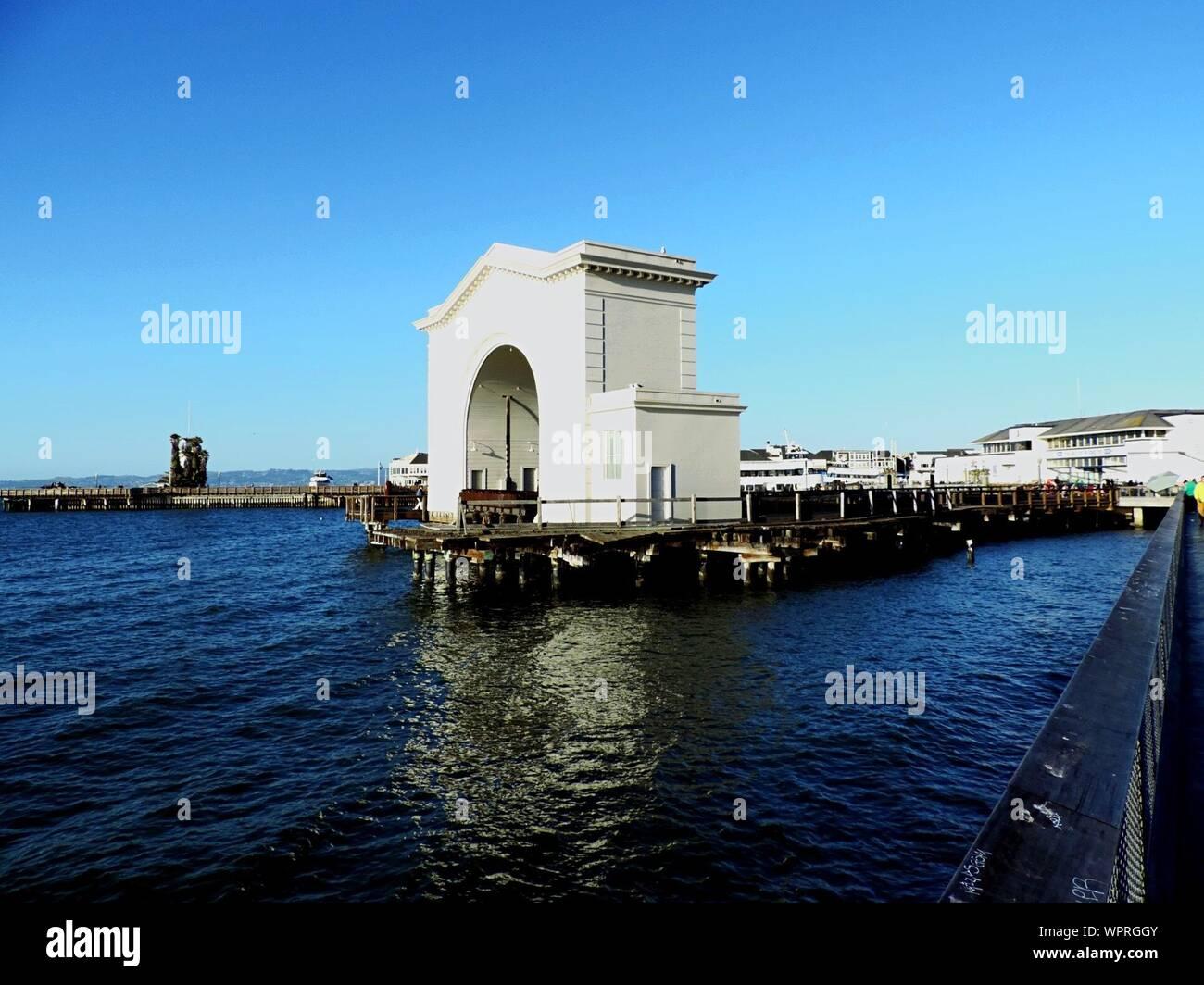 Passerelle sur une jetée à River contre Ciel Bleu clair Banque D'Images
