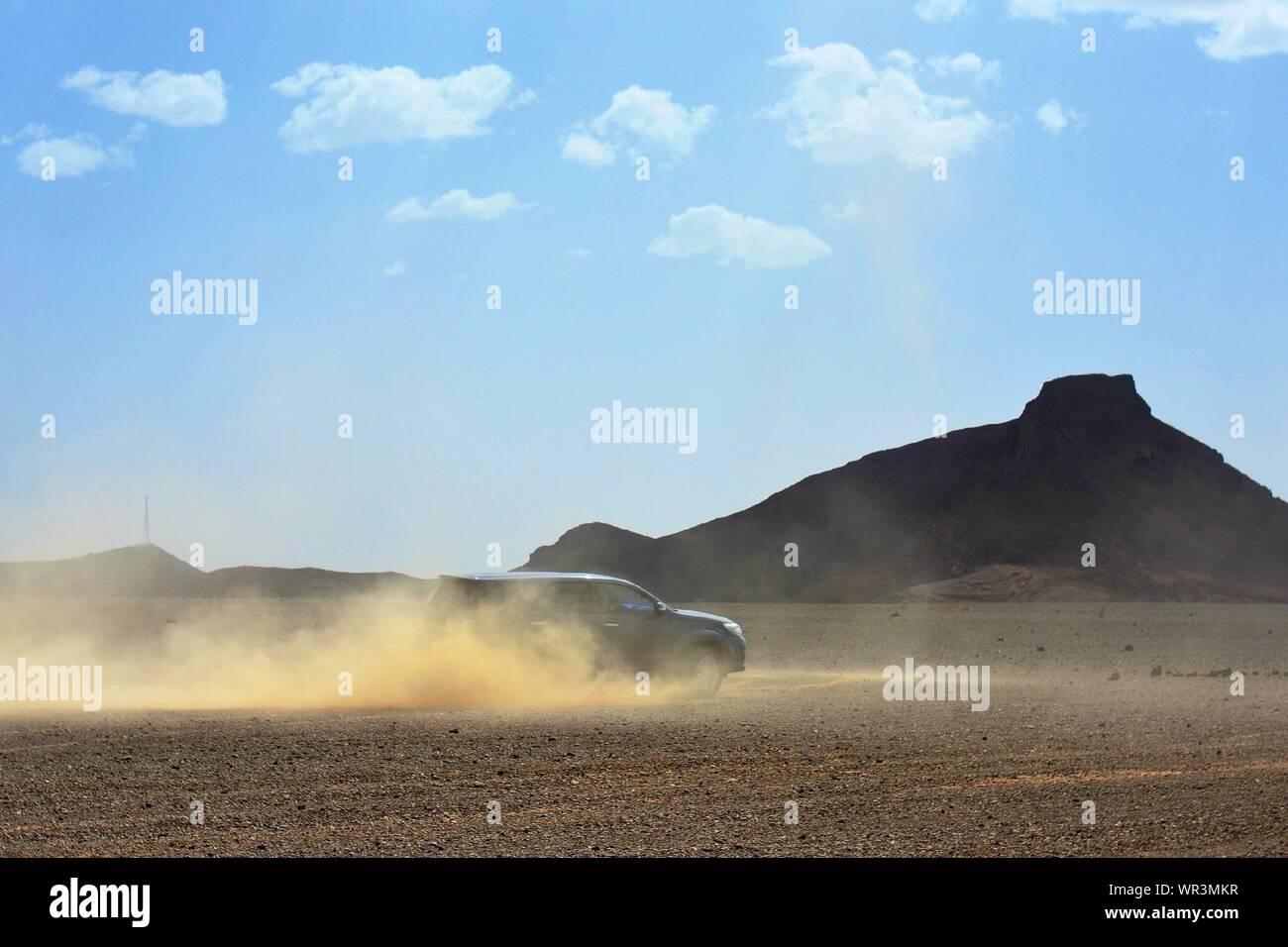 Terre puissant véhicule en marche sur un sol poussiéreux déserte Banque D'Images