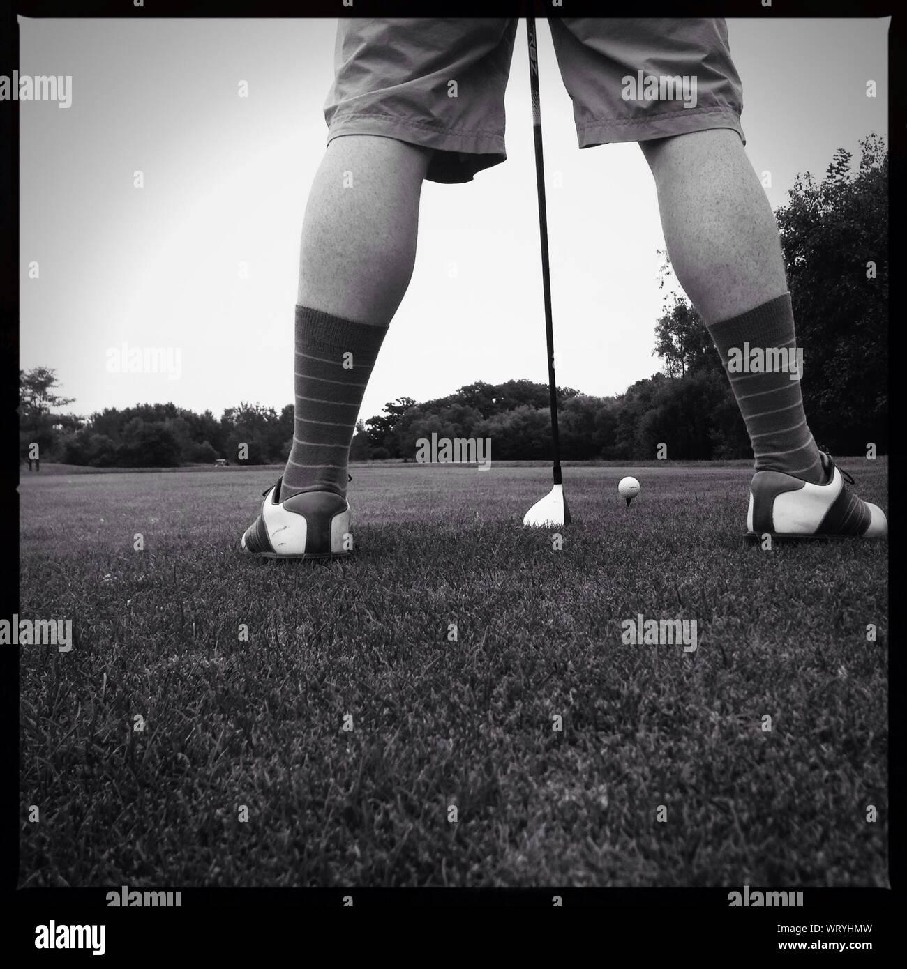 La section basse de golfeur en jouant au golf sur terrain Banque D'Images