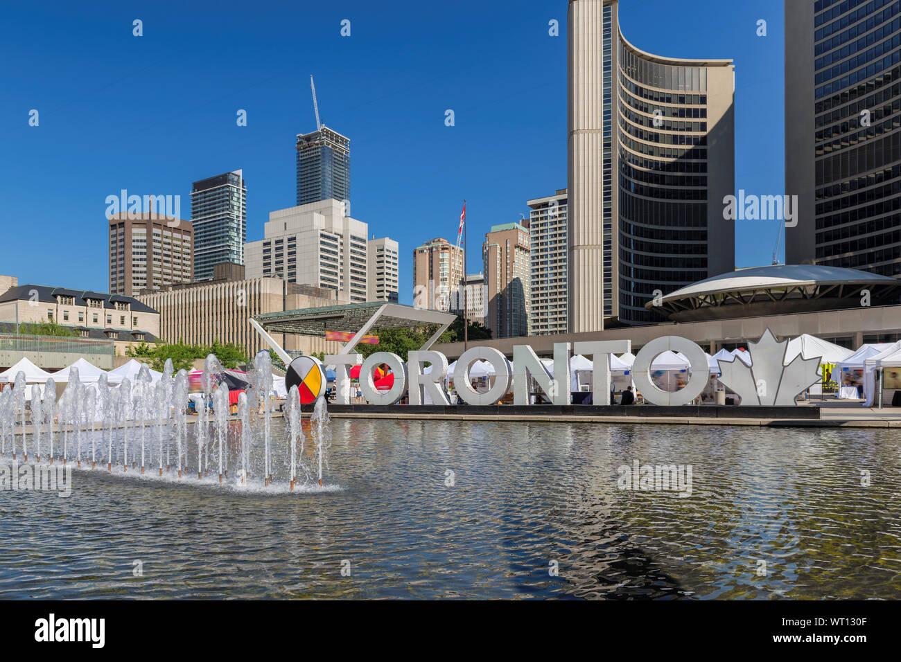 Signe de Toronto et l'Hôtel de Ville de Toronto au Nathan Phillips Square aux beaux jours de l'été, Canada. Banque D'Images