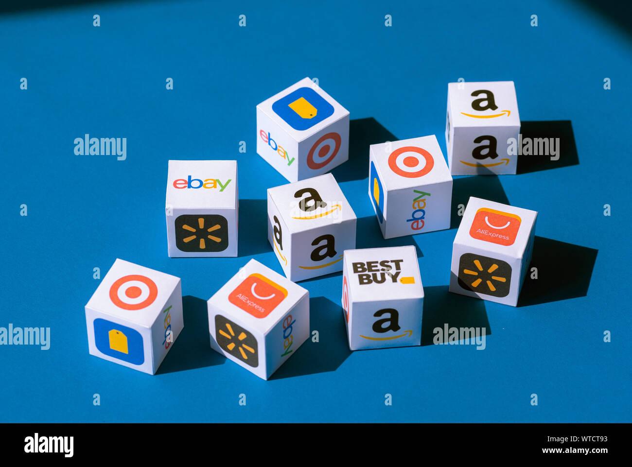 Kiev, Ukraine - le 10 septembre 2019: une collection de cubes de papier imprimé avec des logos de sociétés de commerce électronique en ligne et magasins de détail. Banque D'Images