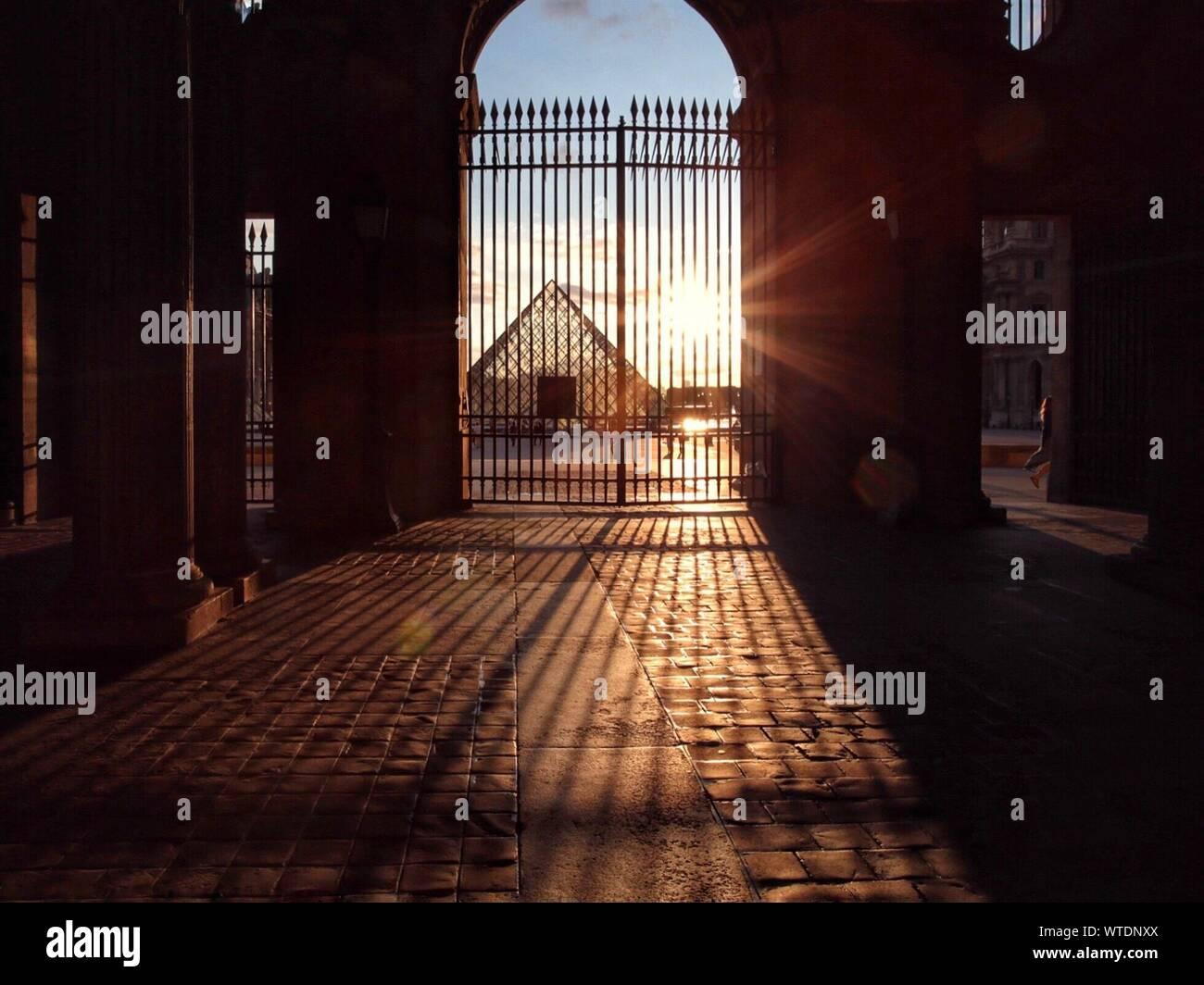 La porte métallique de l'immeuble pendant le coucher du soleil Banque D'Images