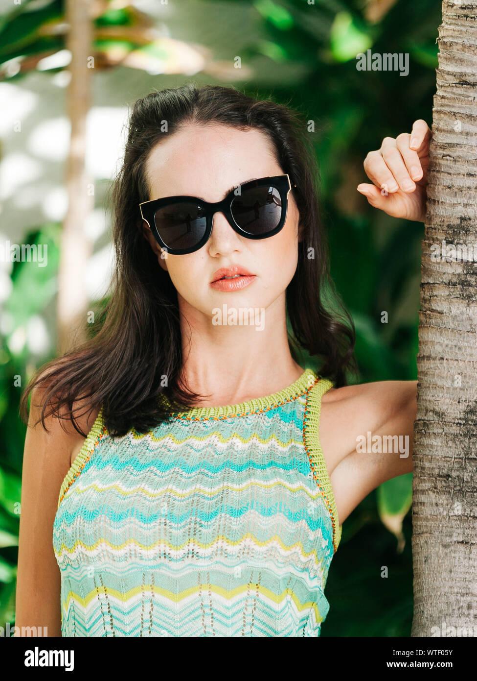 Jeune femme portant des lunettes de soleil Banque D'Images