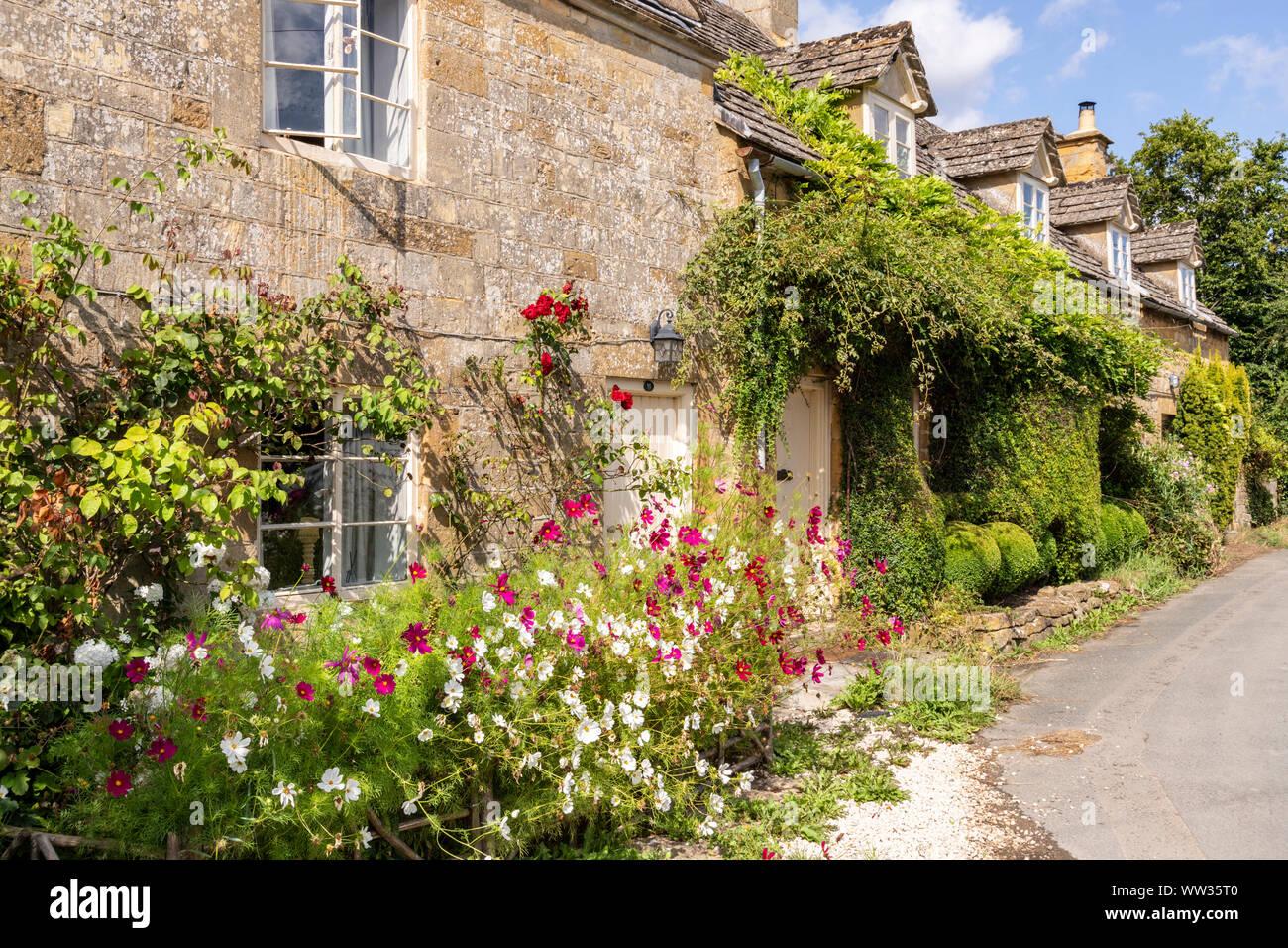 Fleurs d'été sur Cotswold cottages en pierre dans le village de Stanway Bois, Gloucestershire UK Banque D'Images