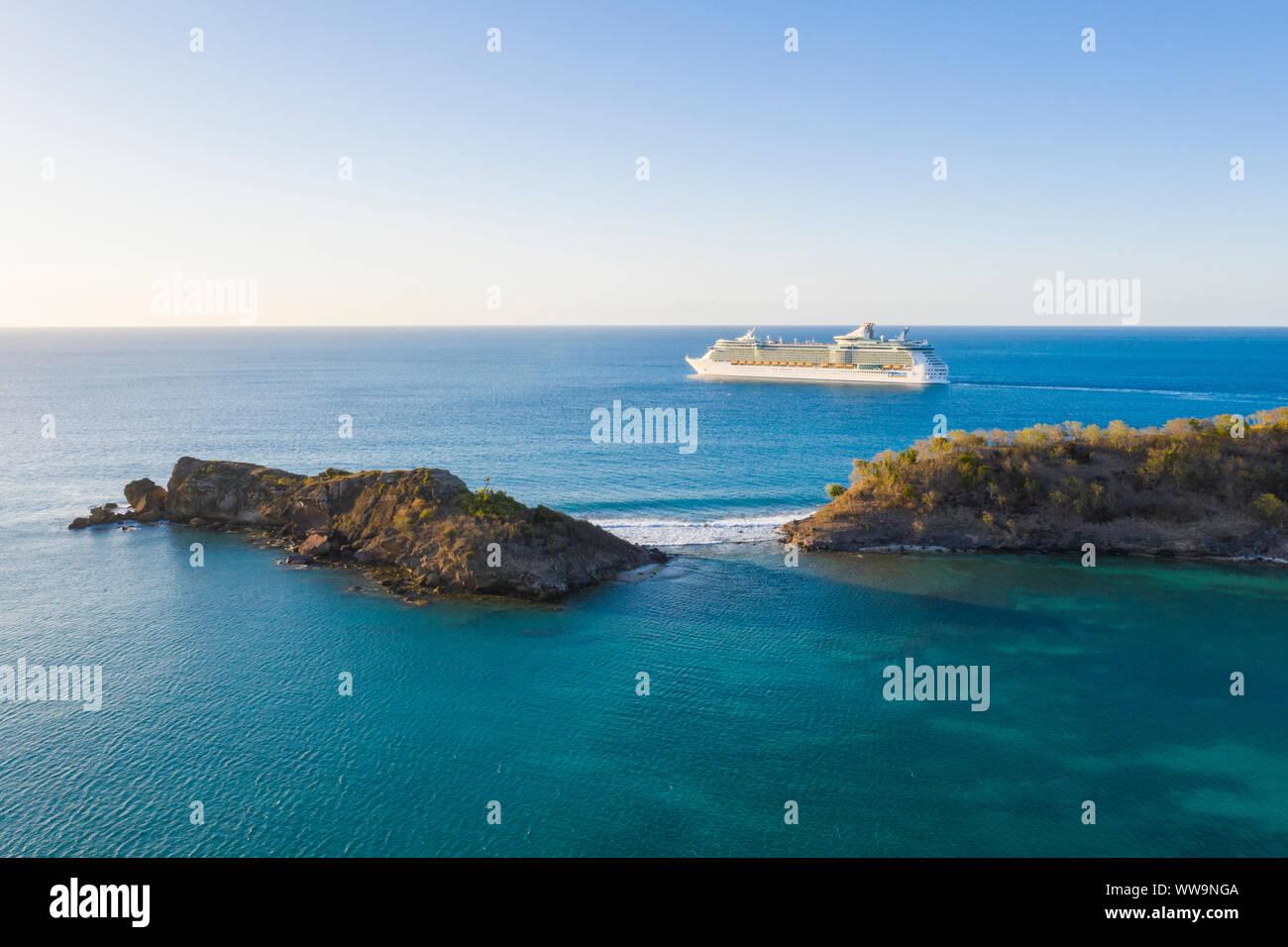 Vue aérienne du navire de croisière de luxe dans les mer des Caraïbes, Antilles, Amérique Centrale Banque D'Images