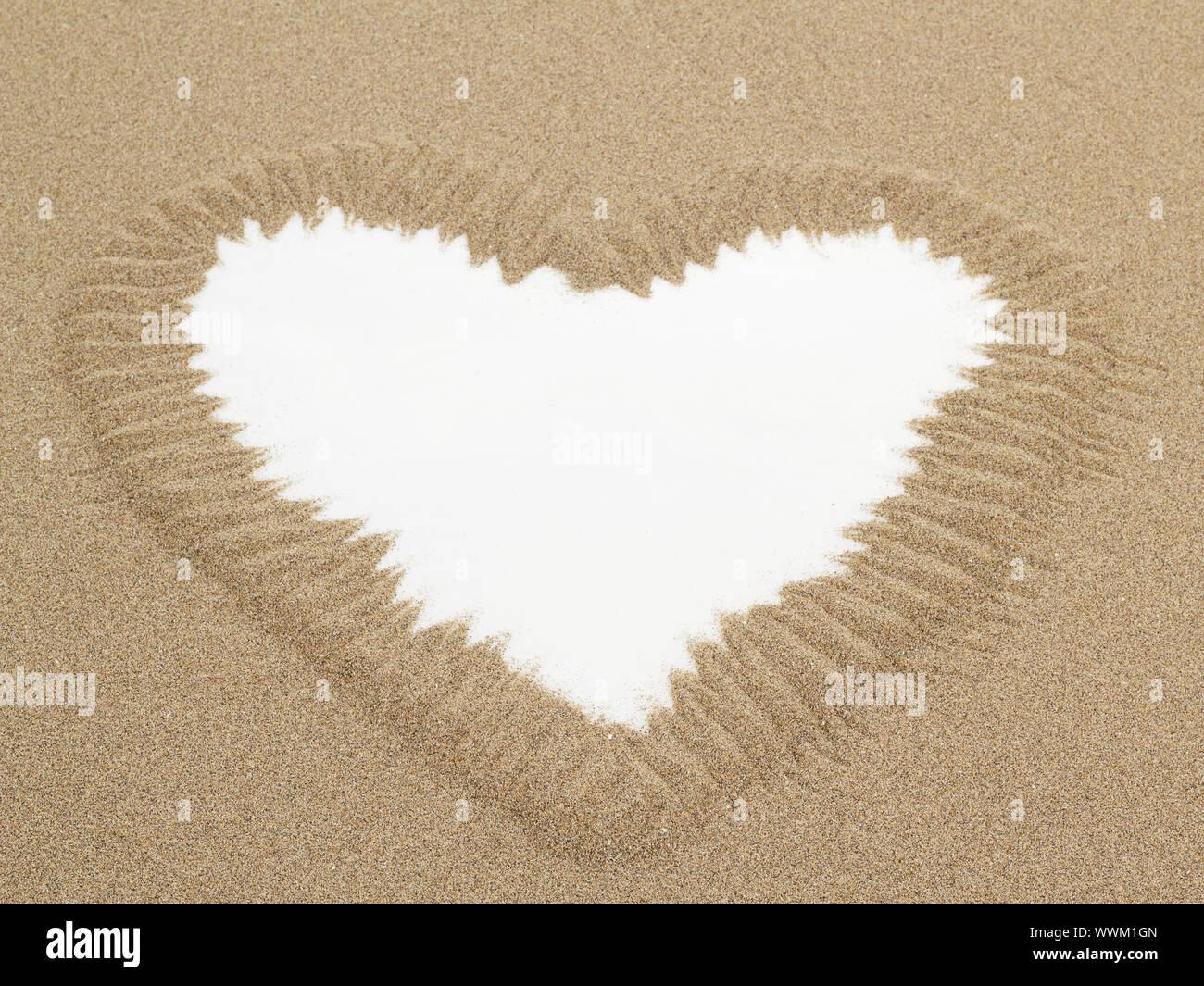 Forme de coeur dessiné dans le sable avec l'espace blanc pour le texte Banque D'Images