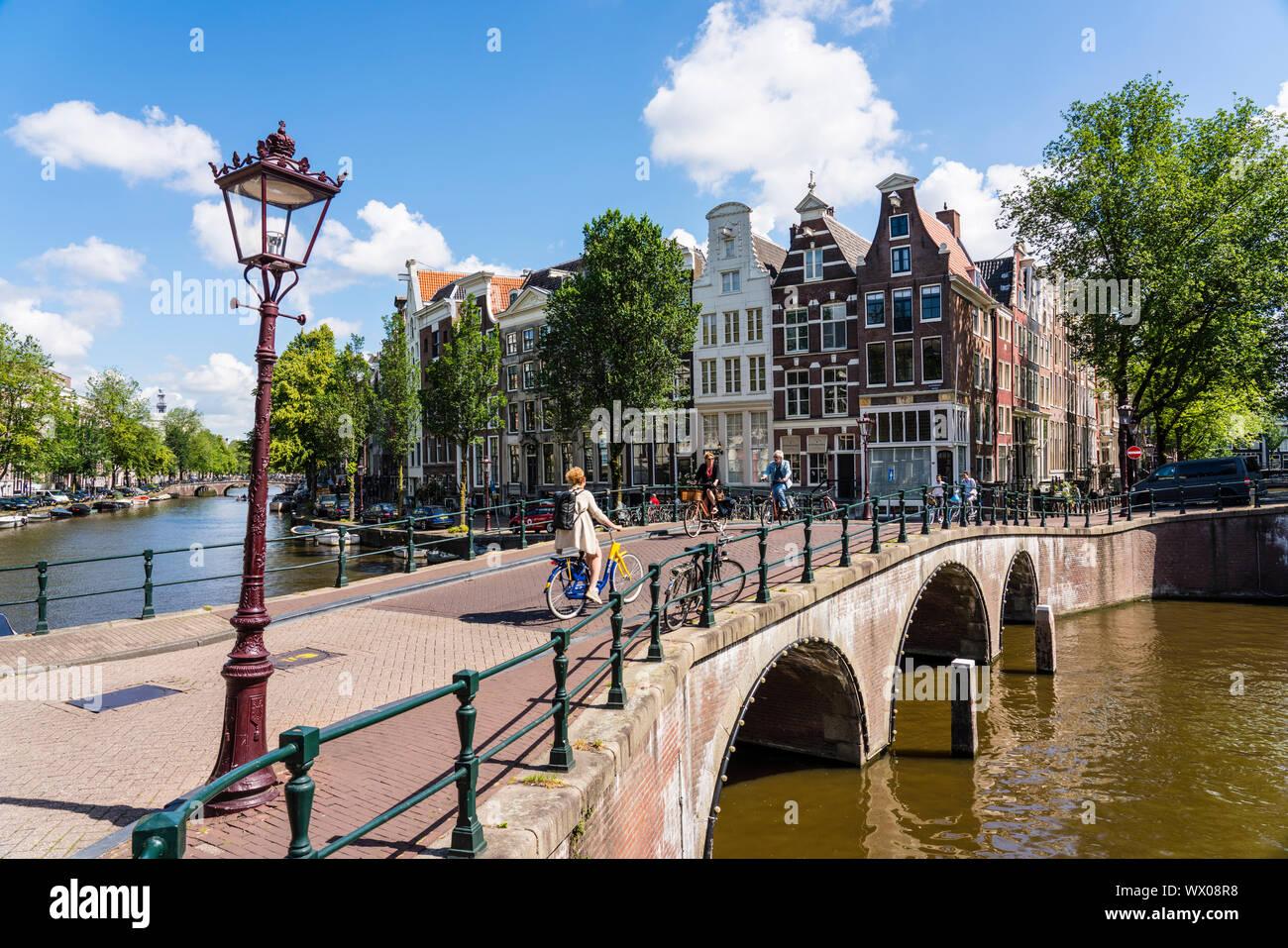 Vieux immeubles à pignons et pont sur Keisersgracht canal, Amsterdam, Hollande du Nord, les Pays-Bas, Europe Banque D'Images