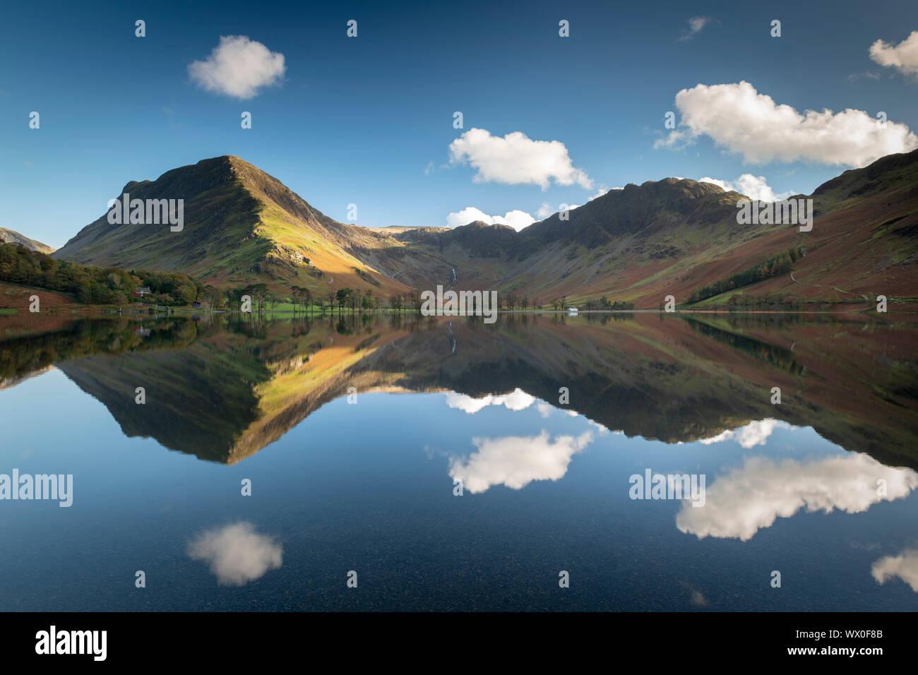 Réflexions sur une parfaite dans la paisible Buttermere Lake District National Park, UNESCO World Heritage Site, Cumbria, Angleterre, Royaume-Uni, Europe Banque D'Images