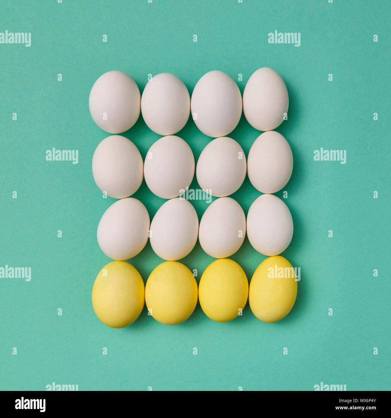 Modèle dans la forme d'un carré de couleur jaune et blanc d'oeufs sur un fond vert avec copie espace. Jeu de billard concept. F Banque D'Images