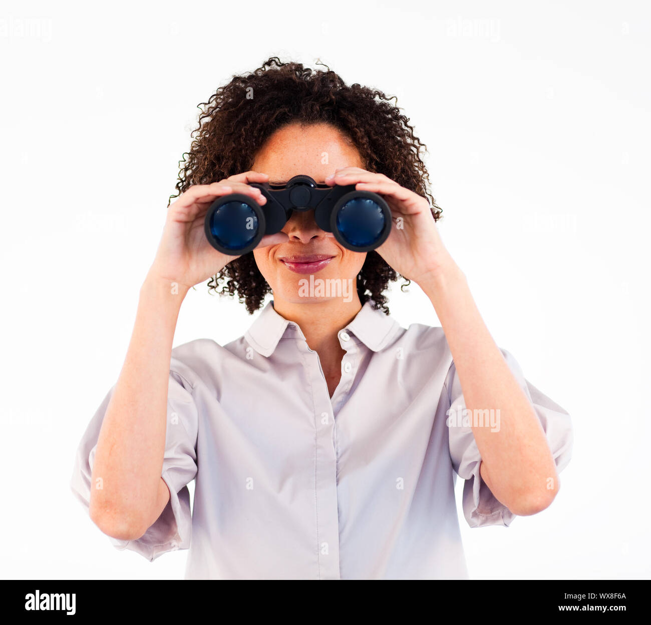 Belle jeune femme d'affaires à la recherche de quelque chose avec des jumelles Banque D'Images