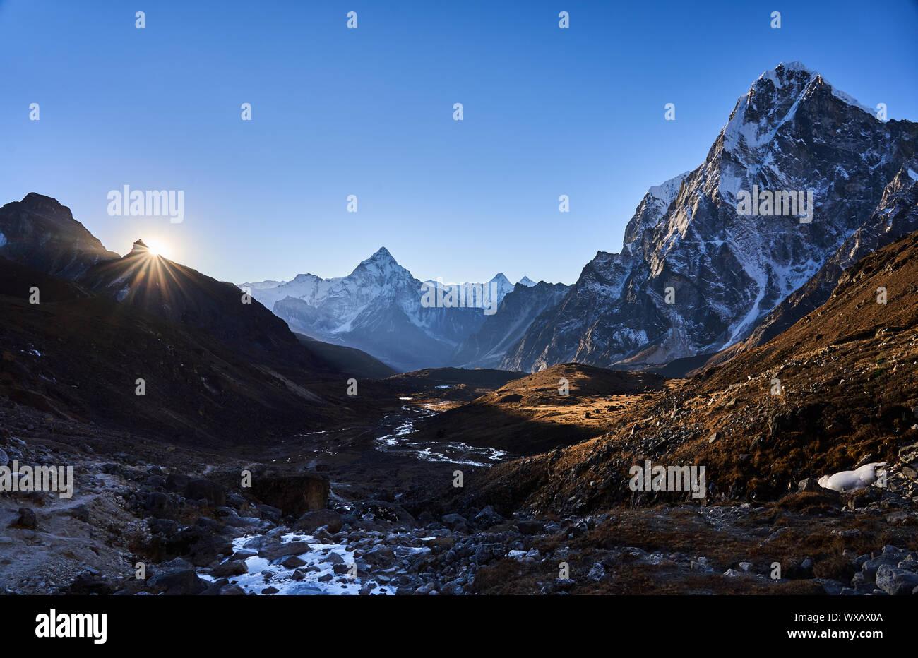 Lever du soleil à l'Ama Dabalm la montagne et le Cholatse au Népal Banque D'Images