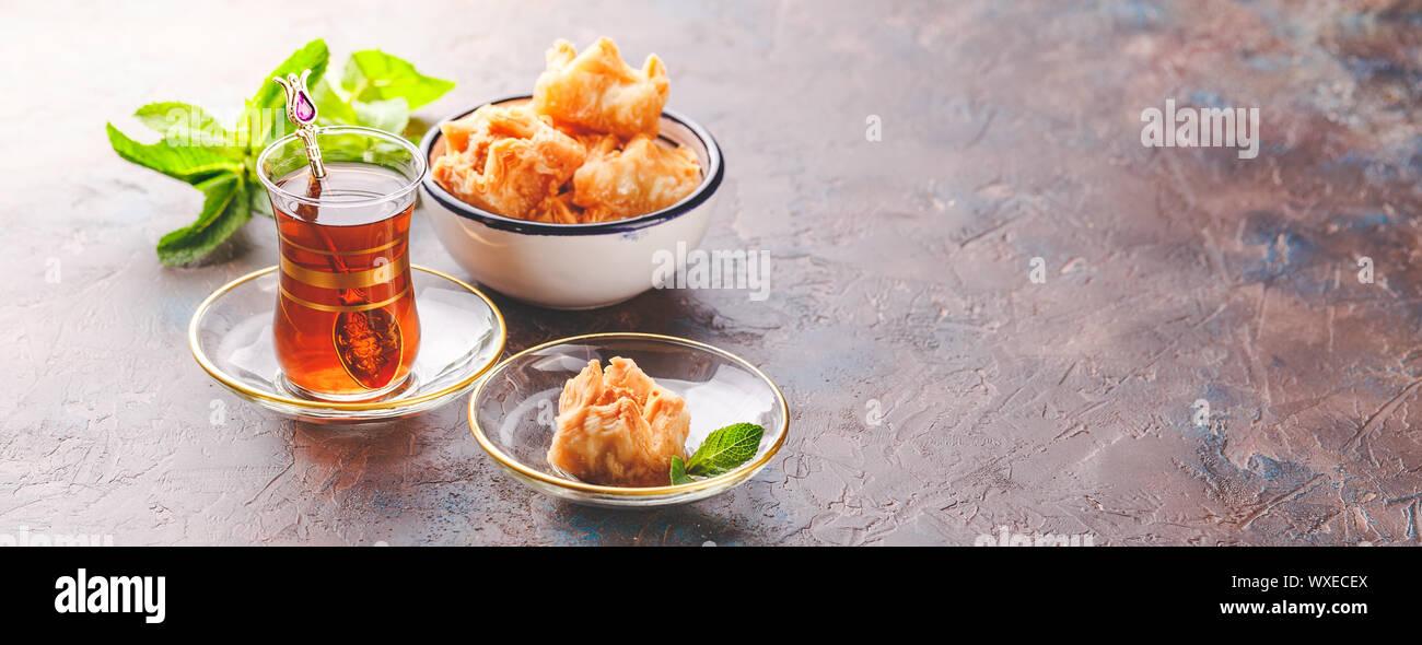 L'arabe turc traditionnel dessert et un verre de thé à la menthe Banque D'Images