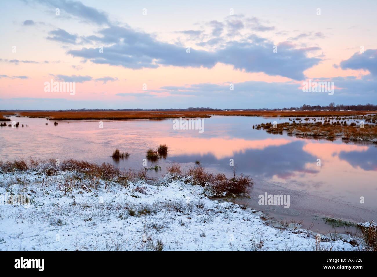 Lever de soleil au-dessus des marais gelés en hiver, Drenthe Banque D'Images