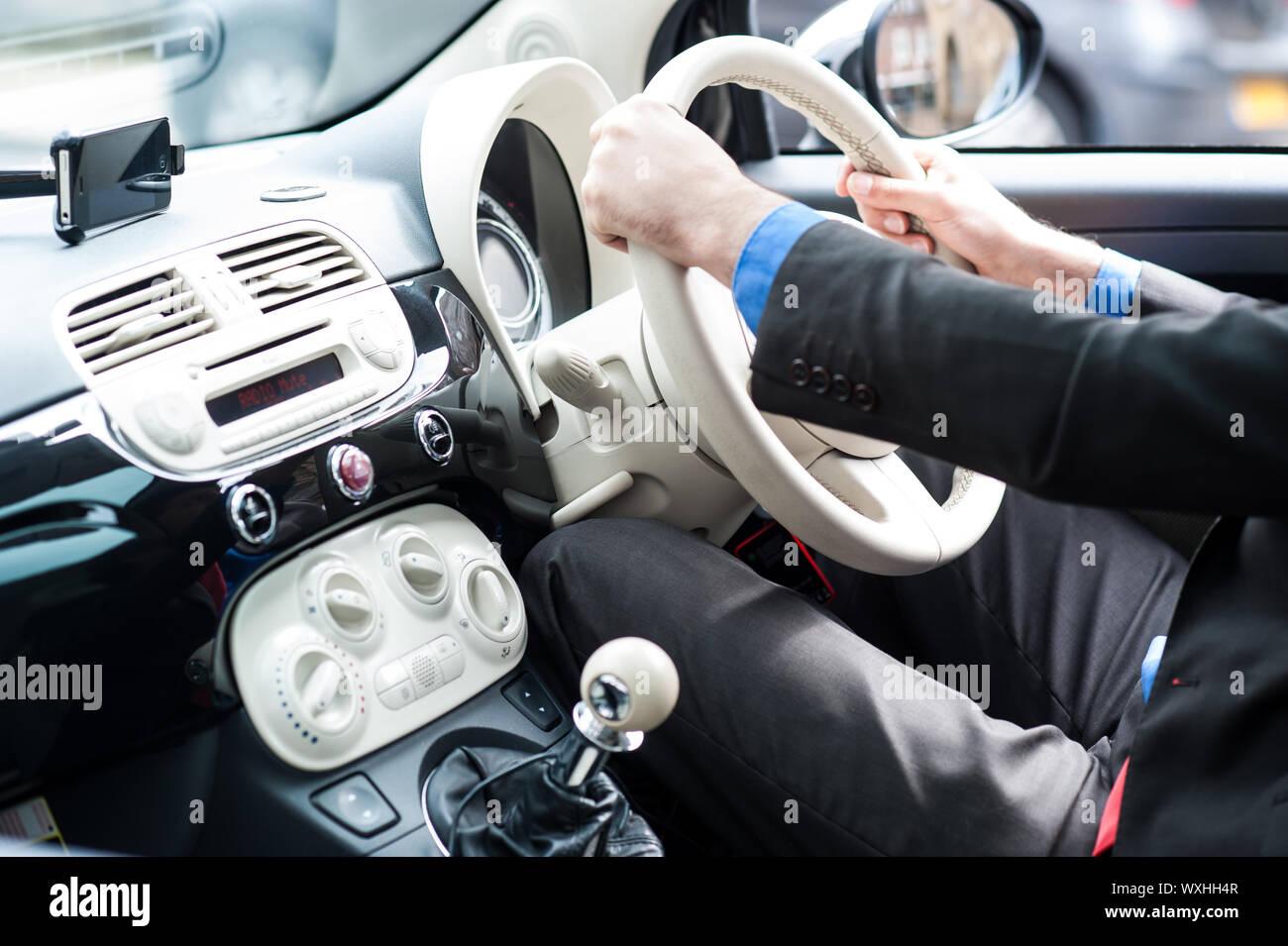 Libre au volant de sa nouvelle voiture de luxe Banque D'Images