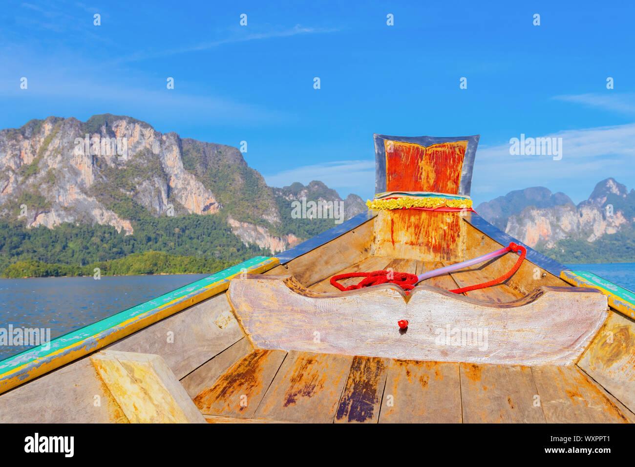 Bateau en bois sur la voile à Ratchaprapa Dam et le lac Cheow Larn Khao Sok, la nature belle en Thaïlande Banque D'Images