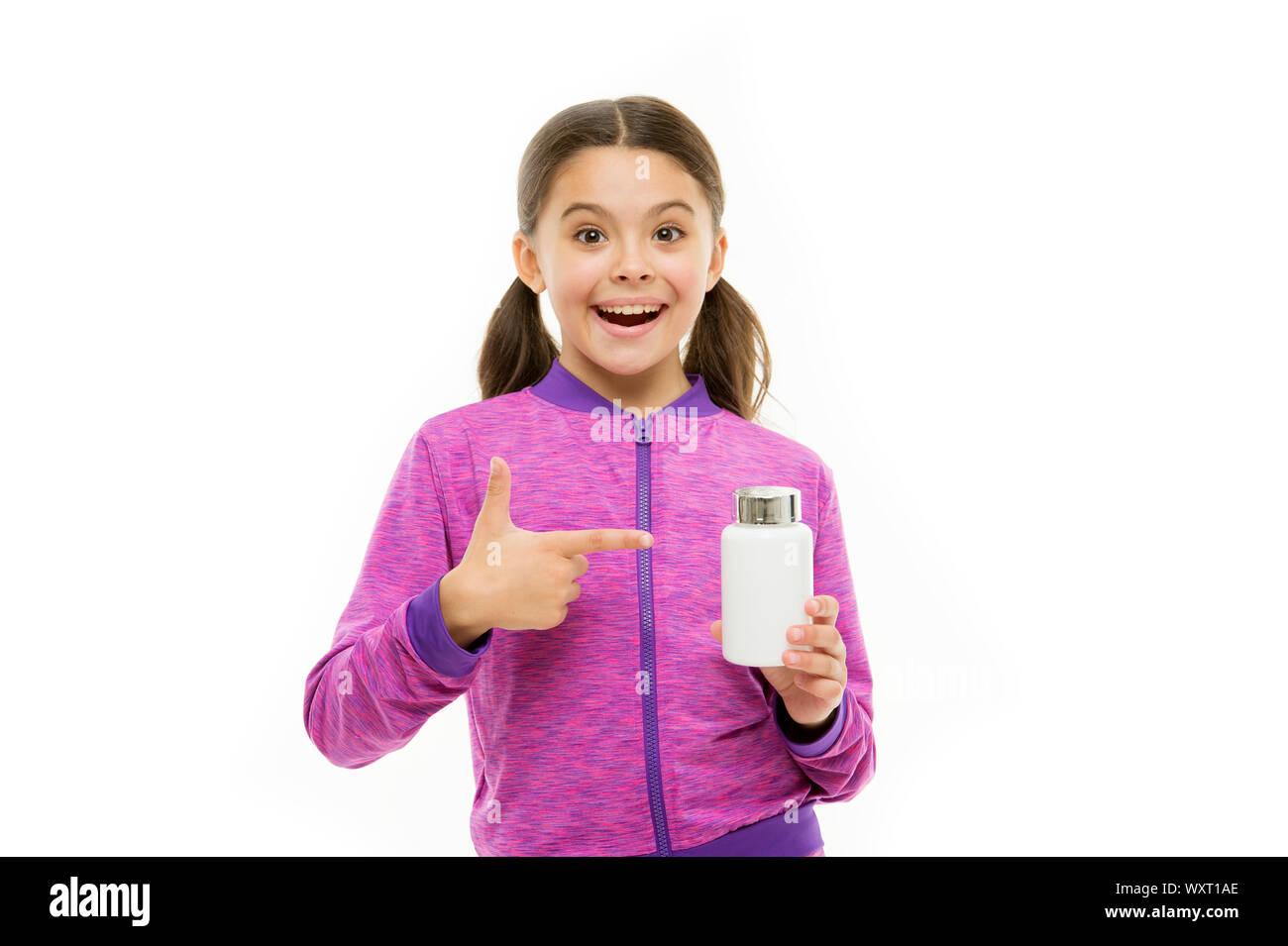 Fille enfant prendre des médicaments. Besoin de suppléments vitaminiques. Enzymes pour une meilleure digestion. Pour une flore digestive. Complément alimentaire pour les enfants. Prendre des suppléments de vitamine. La vitamine et medicine concept. Banque D'Images