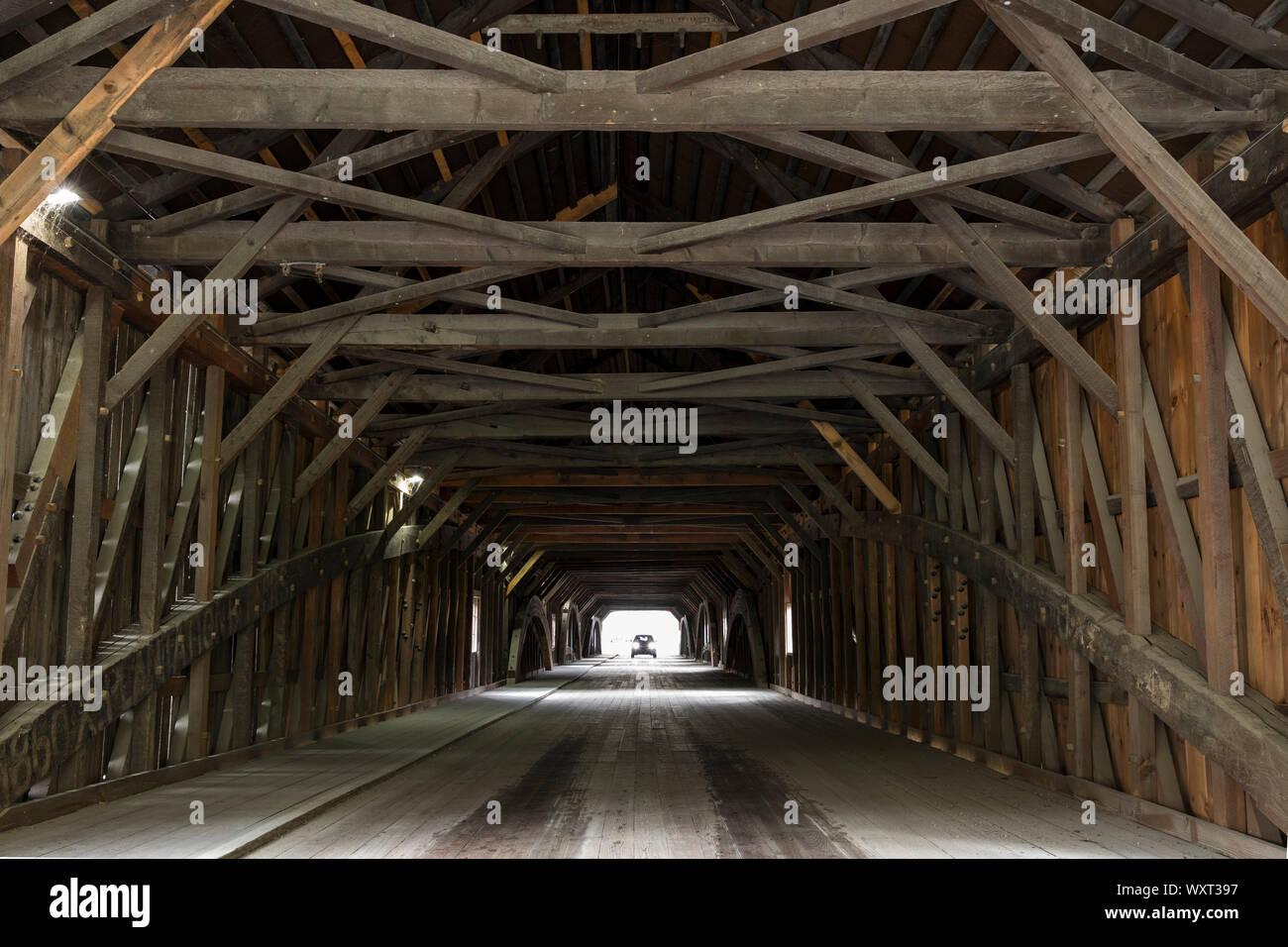 Poutres en treillis et des formes géométriques et la conduite automobile à travers pont couvert au New Hampshire, USA Banque D'Images