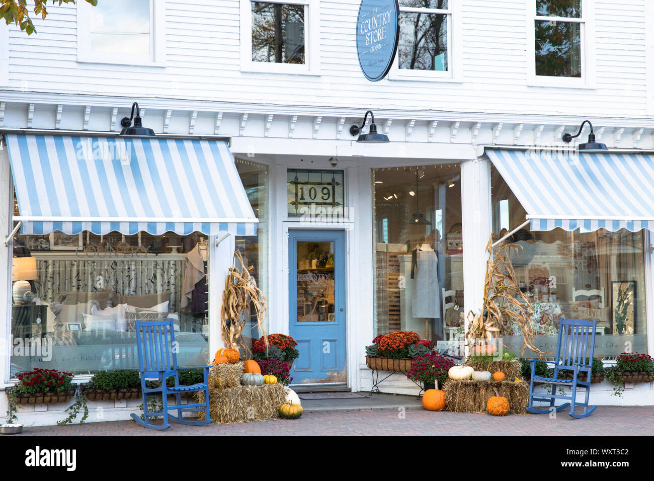 Le Country Store avec des chaises à bascule et des citrouilles sur la rue Main à Stowe, Vermont, Etats-Unis Banque D'Images