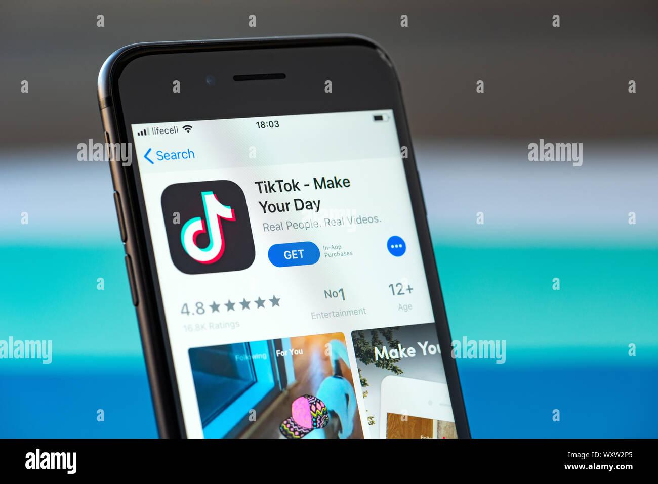Kiev, Ukraine - le 17 septembre 2019: Apple iPhone 8 smartphone avec TikTok mobile sur l'écran Banque D'Images