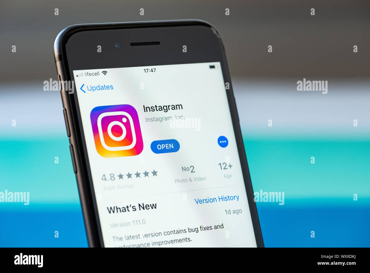 Kiev, Ukraine - le 17 septembre 2019 : Apple iPhone 8 smartphone avec l'application mobile Instagram sur l'écran Banque D'Images