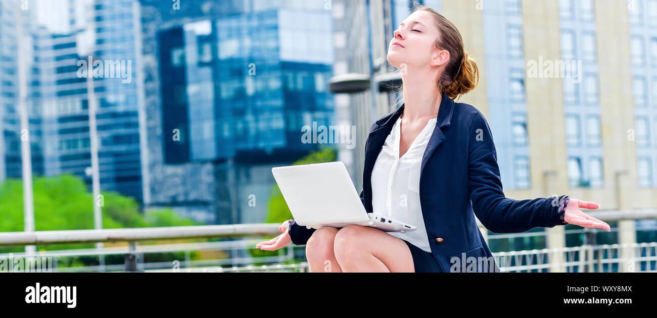 Vue panoramique de la junior entreprise de l'exécutif faisant du yoga pour la relaxation. Vous pourrez vous détendre après une période de travail ou de tension Banque D'Images