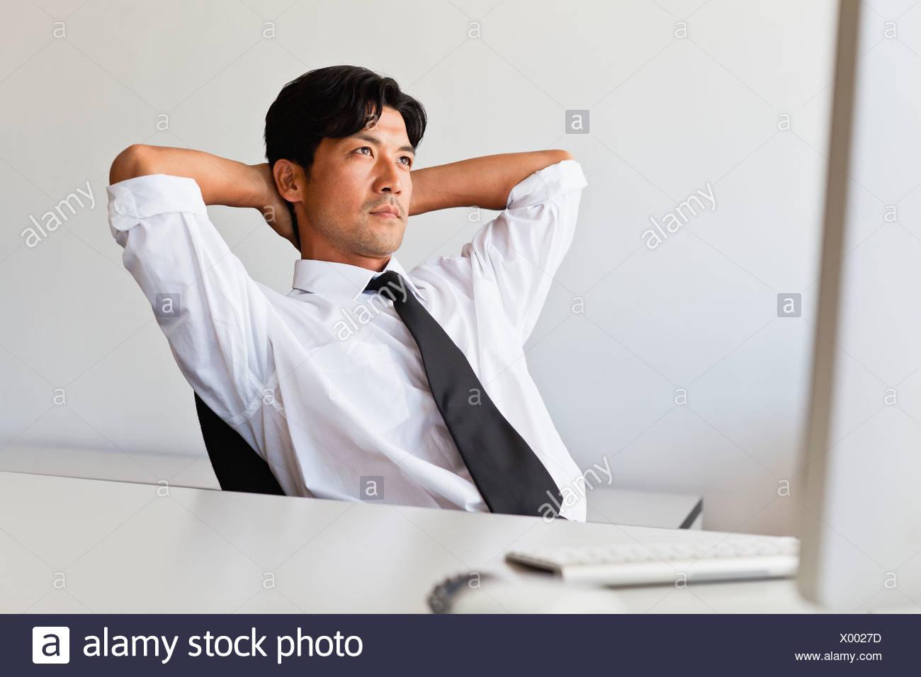 La pensée d'affaires à son bureau. Banque D'Images