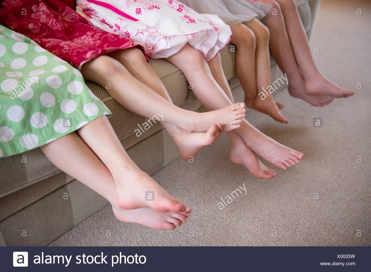 Les filles assis ensemble dans une rangée sur canapé Photo Stock