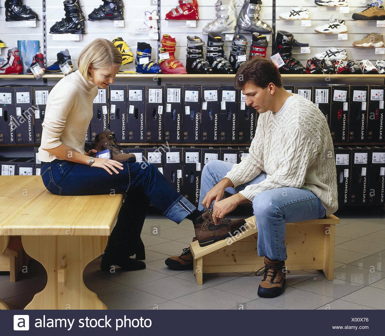 fb89ed7f4e673d Sport, vendeur, client, voyageant des chaussures, raccord, à l'intérieur,  femme, jeune, essayez sur, sélectionnez, ...