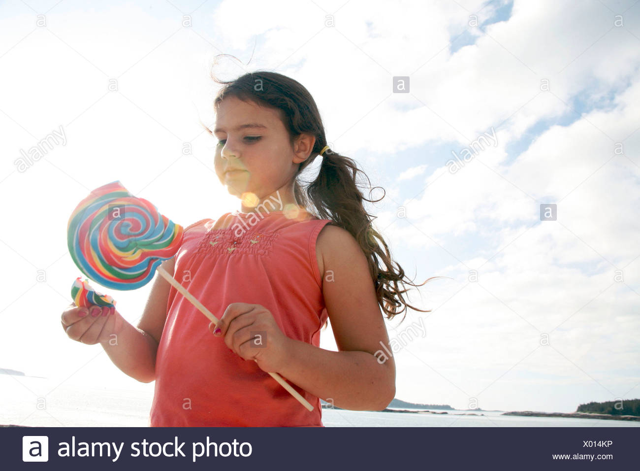 Petite fille avec d'énormes lolly pop Photo Stock