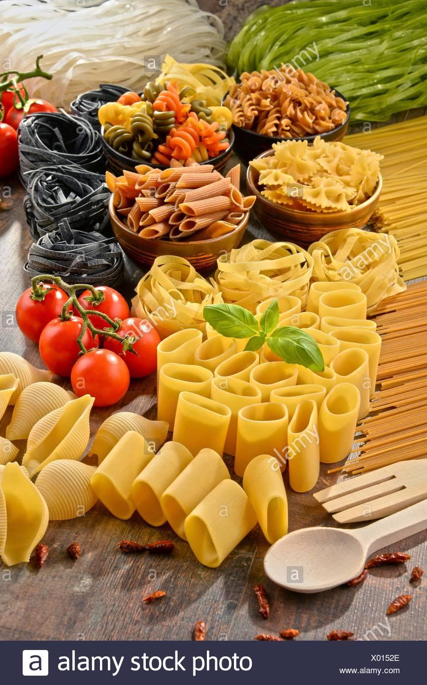 La composition avec choix de plats de pâtes sur une table de cuisine. Photo Stock
