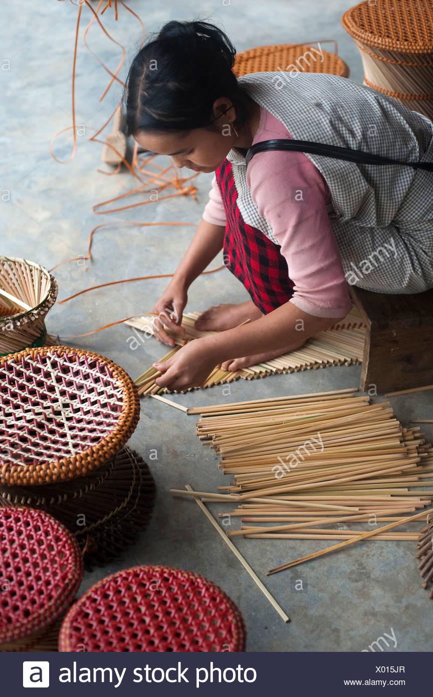 Une fille fait comme tabourets bambou source de revenu supplémentaire. Photo Stock