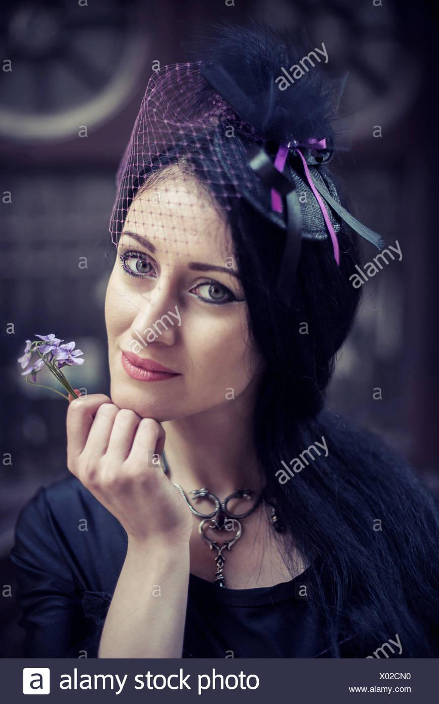 Portrait de femme tenant une fleur Banque D'Images