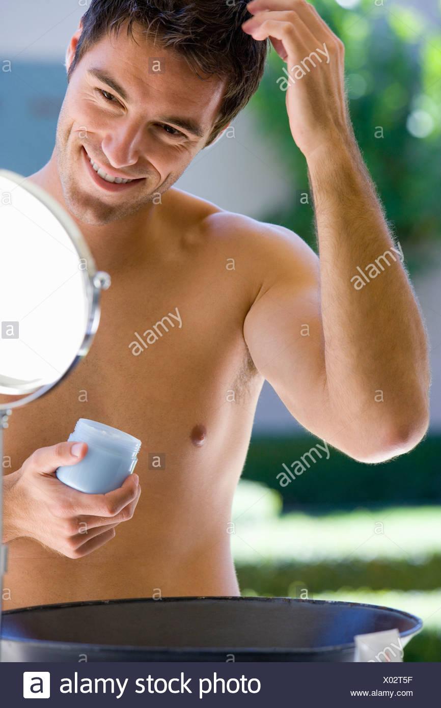 Torse nu homme cheveux en miroir, smiling Photo Stock