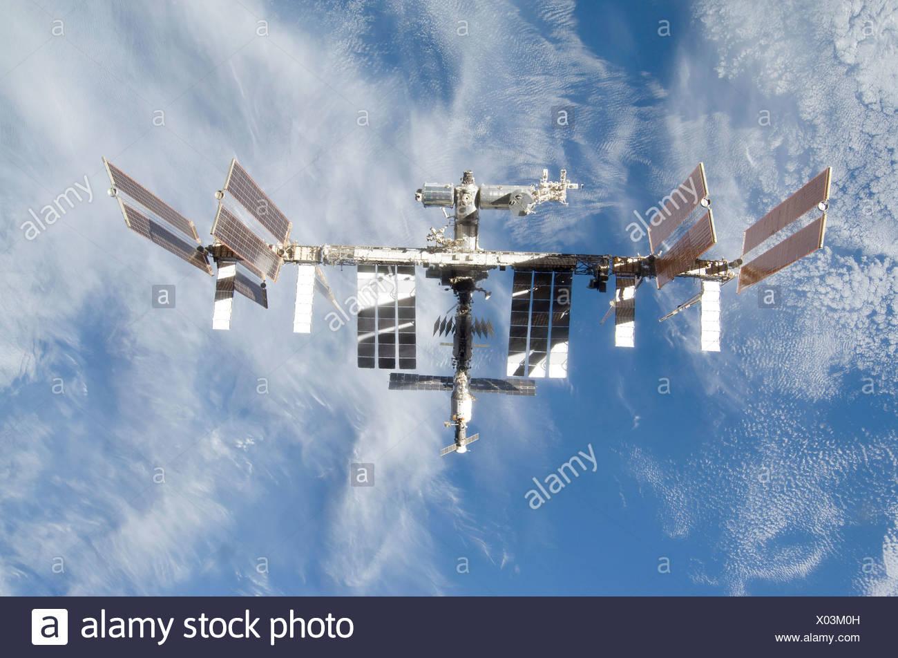 Backdropped partie de la masse de la Station spatiale internationale est considérée à partir de la navette spatiale Discovery en tant que deux engins commencer Photo Stock