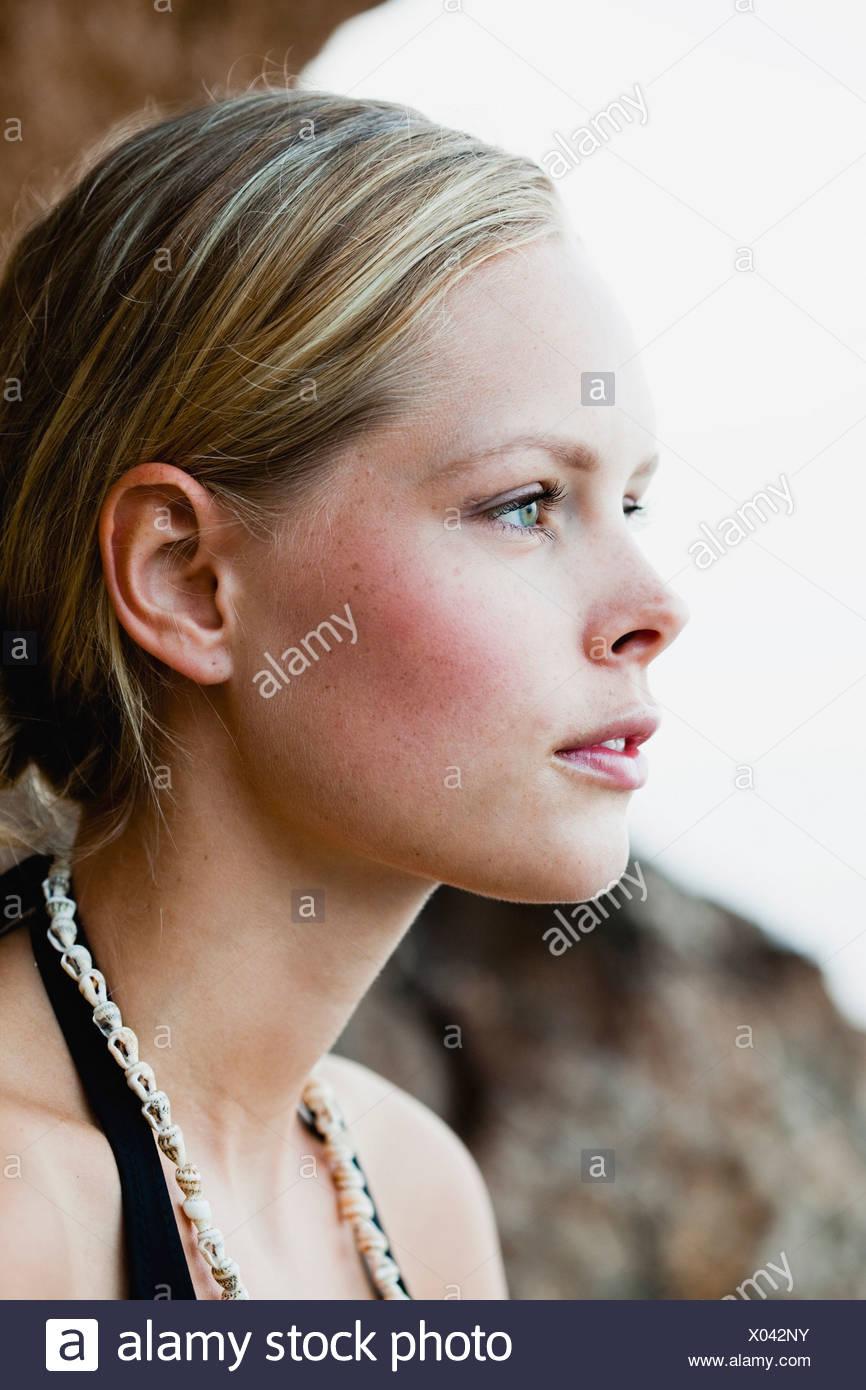 Femme sur la falaise à la recherche autour de Photo Stock