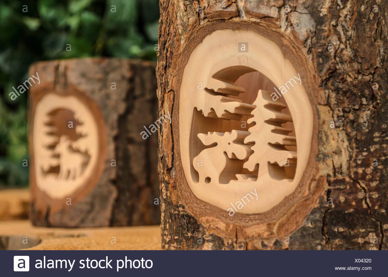 Sculpté dans un morceau de tronc d'arbre avec écorce Photo Stock